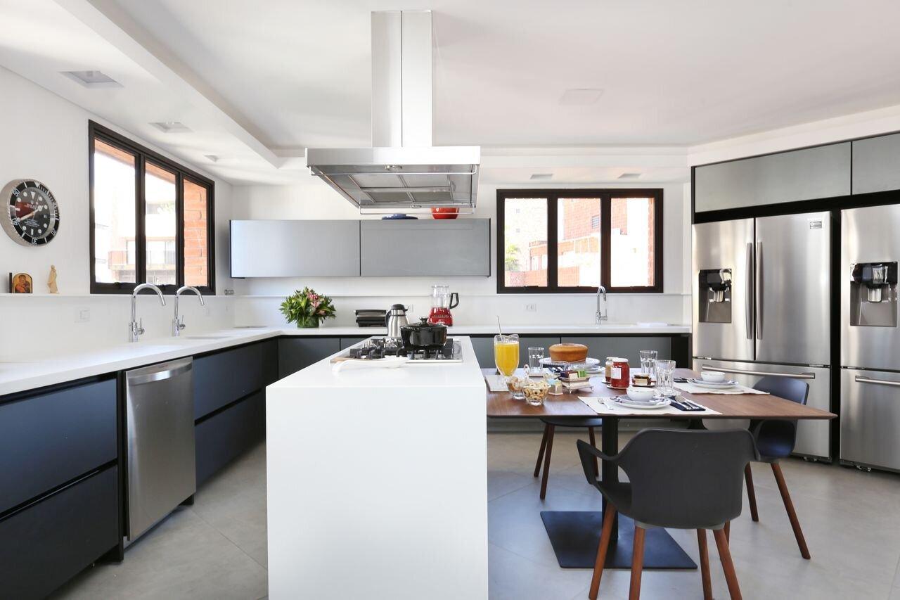 decoracao-cozinha-gourmet-armarios-cinza-e-bancada-branca-startarquitetura-164909-proportional-height_cover_medium